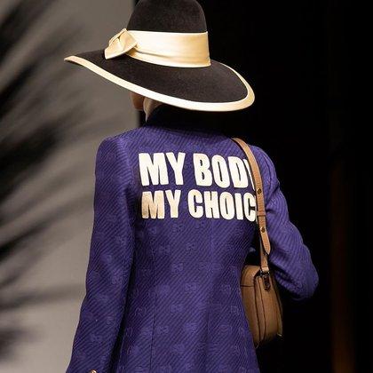 """""""My Body, My Choice"""", así se lee la chaqueta bordada de Gucci proclamándose a favor del aborto en su última colección crucero (@gucci)"""