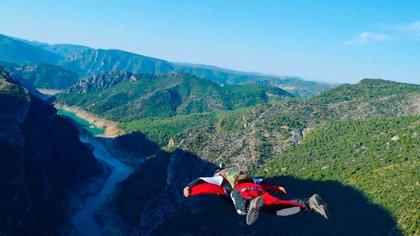 Los saltos con wingsuit son aún más peligrosos porque permiten alcanzar velocidades inusitadas para el ser humano (@richi_navarro_)