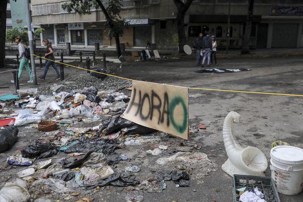 Choques entre fuerzas chavistas y manifestantes en Caracas en medio de la huelga general contra Nicolás Maduro