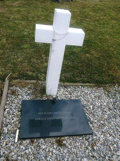 Había 121 cruces con la placa Soldado argentino solo conocido por Dios, hoy solo faltan reconocer 8 combatientes de estas tumbas. Hay otros tres caídos que se deberán identificar, en una tumba mal nominada luego de una reforma al cementerio en 2004