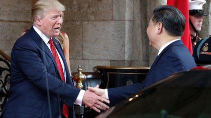 El Presidente Donald Trump saluda a su par chino tras su llegada a Mar-a-Lago antes de la cena