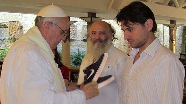 """""""La verdad es que no me doy cuenta si son las truchas o las originales"""" parece decir el Papa ante la atenta mirada a cámara de Emilio Pérsico."""