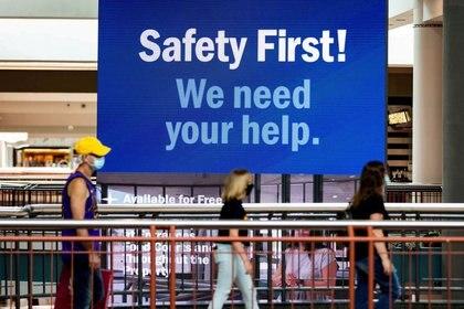Clientes en Destiny Mall en Syracuse, Nueva York.  El gran desafío para los candidatos en estas elecciones es reactivar la economía sin causar más muertes por la pandemia.  REUTERS / Maranie Staab.