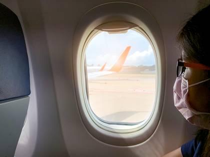 Uno de los puntos del protocolo establece que se debe limitar lo más posible la circulación de los pasajeros dentro del avión (Shutterstock)