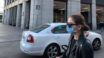 Los españoles usan mascarillas ante la pandemia de coronavirus (Foto: Facundo Pechervsky)