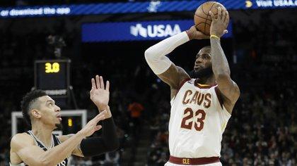 James ante un rival de los Spurs en el partido de este martes donde logró la marca de los 30 mil puntos. (AP
