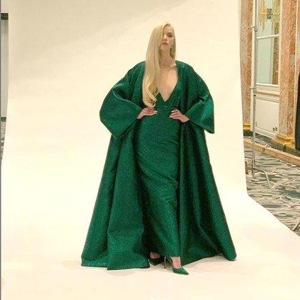 """Anya Taylor Joy en un total green look. La actriz de """"Gambito de Dama"""" eligió a su maison favorita, Dior, para que la acompañe en esta edición de los premios Globos de Oro 2021 para la opción de su vestido. Un diseño de bretel finito, con capa XXL y en sus pies, stiletto en punta del mismo color del outfit"""
