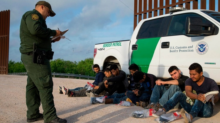 Migrantes detenidos en la frontera de EEUU con México. (Foto: Especial)
