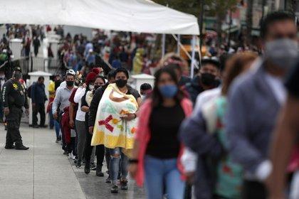 Visitantes a la Basílica de Guadalupe el 5 de diciembre a pesar de la alta incidencia de contagios en la capital y saturación de hospitales Foto: (REUTERS / Henry Romero)