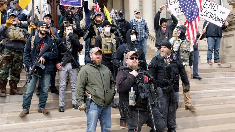 Un grupo de personas participa en una protesta por contra la cuarentena en el Capitolio del Estado de Michigan, el 15 de abril de 2020 (Foto de JEFF KOWALSKY / AFP)