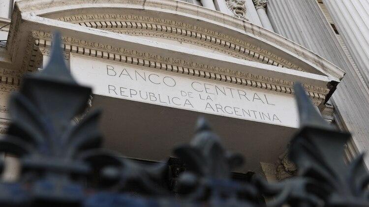 Las empresas e instituciones deberán pedir autorización al Banco Central para comprar dólares (Maximiliano Luna)