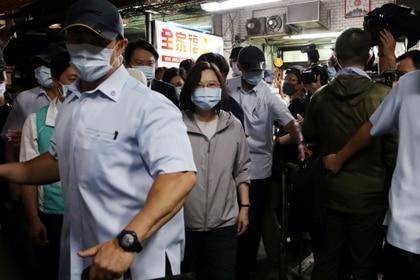 La presidenta de Taiwán, Tsai Ing-wen, es escoltada fuera de una tienda de postres tradicionales en Keelung, Taiwán, el 9 de junio de 2020. (REUTERS/Ann Wang)