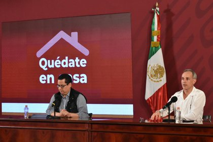 José Luis Alomía (izq.), director general de Epidemiología, dio el informe general del 11 de abril (Foto: Secretaría de Salud)