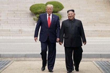 Donald Trump junto a Kim Jong-un en junio de 2019 (REUTERS/Kevin Lamarque)