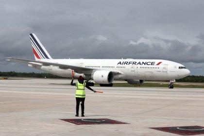 En la imagen, un avión de la línea Air France al Aeropuerto Internacional de Cancún. EFE/Alonso Cupul/Archivo