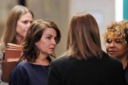La actriz Annabella Sciorra llega para testificar en el caso contra el productor de cine Harvey Weinstein en el Tribunal Penal de Nueva York. 23 de enero de 2020. REUTERS/Lucas Jackson
