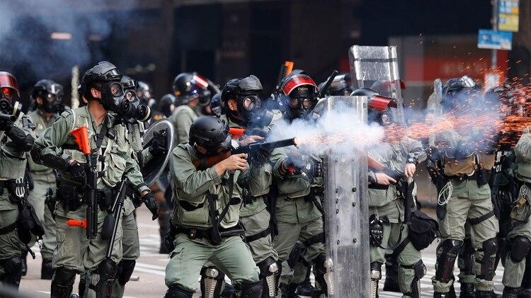La policía dispara gases contra los manifestantes (AP)