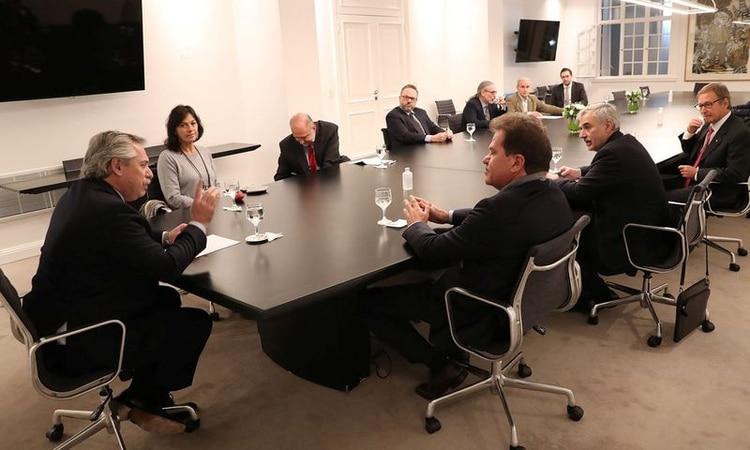 El presidente argentino Alberto Fernández conversa con el CEO de la agroexportadora Vicentin, Sergio Nardelli, durante una reunión en la Residencia Presidencial de Olivos,