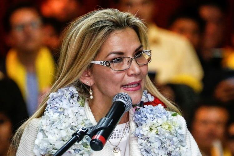 La presidenta interina de Bolivia Jeanine Añez es criticada por no haber cumplido con su palabra de ser sólo una presidente de transición y aprovechar su actual posición para presentarse como candidata.
