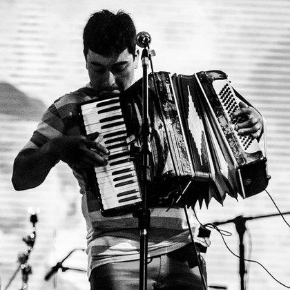 Bautista Quintriqueo era acordeonista y solía tocar en las peñas folclóricas de Villa La Angostura (Facebook)