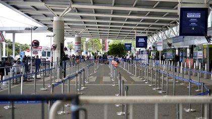 El gobierno reforzó controles el aeropuerto internacional de Ezeiza. Todas las personas que lleguen a la Argentina deberán hisoparse antes y después de subir a los aviones. Los contagiados deberán aislarse