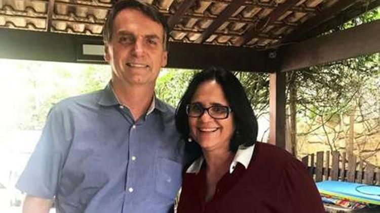 Jair Bolsonaro junto a Damares Alves, ministra de Mujer, Familia y Derechos Humanos