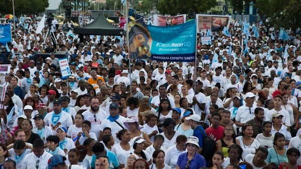 La Iglesia católica dominicana reunió hoy a centenares de personas frente al Congreso Nacional (bicameral) para exigir de los congresistas mantener la penalización del aborto en cualquiera de sus causales (EFE/Orlando Barría)