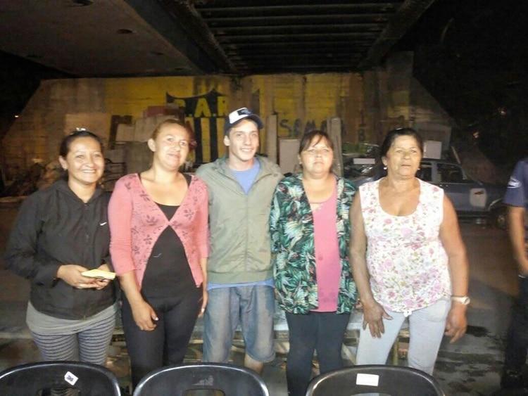 """Junto a las mujeres que sostienen el comedor """"El alfarero""""."""