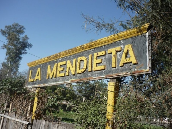 La Mendieta está ubicado a 16 km de la capital del departamento de San Pedro y a 47 km de la capital provincial jujeña