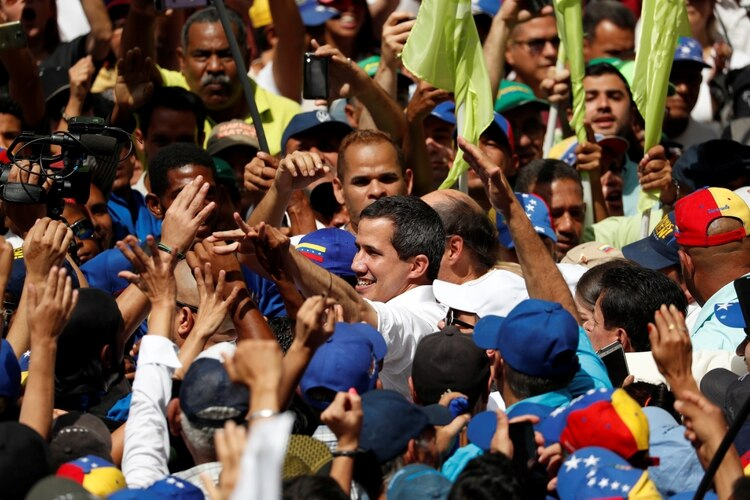Juan Guaidó rodeado de simpatizantes (REUTERS/Carlos Garcia Rawlins)