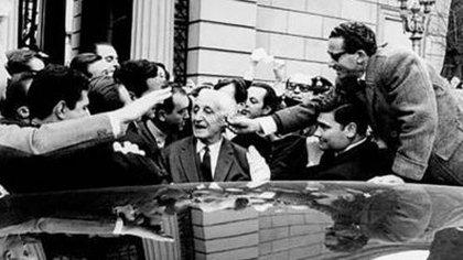 El presidente Illia, al abandonar la Casa Rosada, el 28 de junio de 1966.