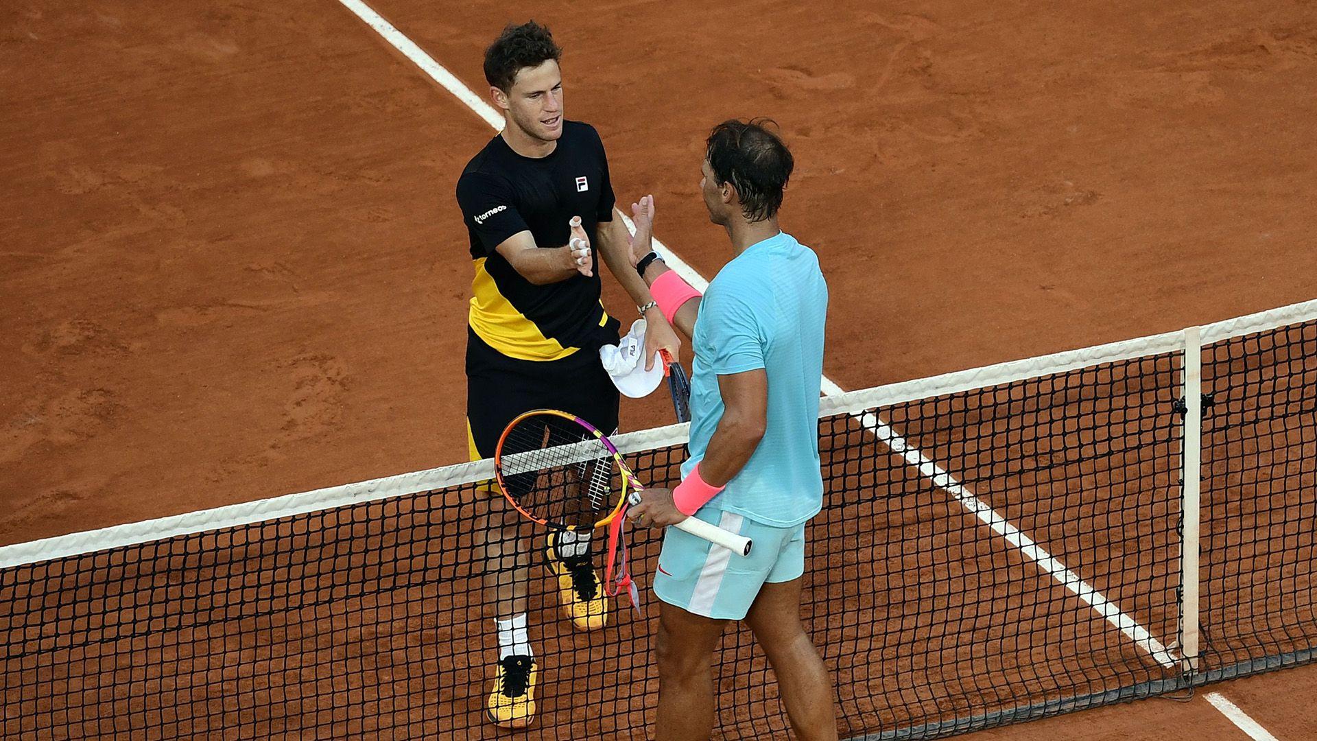 Nadal y Schwartzman saludándose en Roland Garros 2020