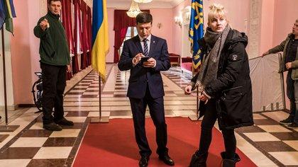 """Volodymyr Zelensky, candidato a la presidencia de Ucrania en el set de filmación de su programa televisivo """"Servidor del pueblo"""" en Kiev, Ucrania (Foto: Brendan Hoffman para The New York Times)"""