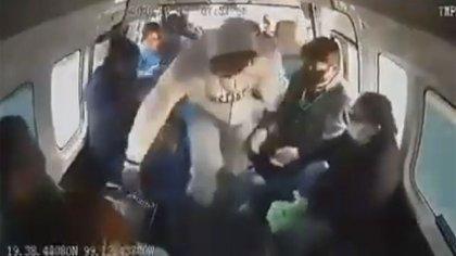 Al momento de su detención, el sujeto tenía envoltorios con narcóticos, por lo que también es investigado por delitos contra la salud (Foto: Captura de pantalla)