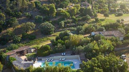 Vista aérea de la aldea francesa que pertenece a Johnny Depp y que ahora vende