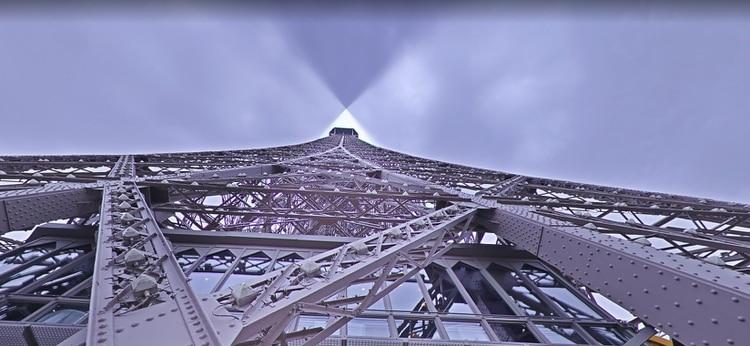 La icónica Torre Eiffel vista desde abajo.