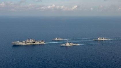 Los buques estadounidenses y un helicóptero australiano durante unos ejercicios en el Mar de China meridional (Departamento de Defensa australiano/Handout via REUTERS)