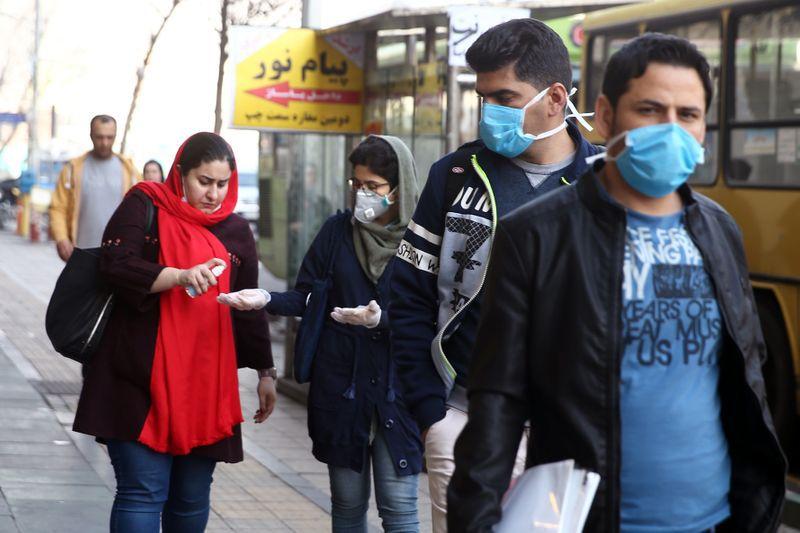 Iraníes usan mascarillas y alcohol en gel para prevenir los contagios, mientras persisten las críticas a las autoridades locales (Reuters)