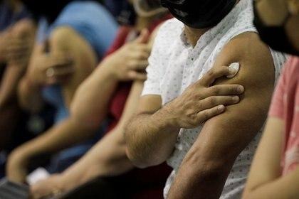 Foto de archivo. Docentes y personal escolar luego de recibir la vacuna china CanSino COVID-19 durante una vacunación masiva contra la enfermedad por coronavirus en la Universidad Autónoma de Nuevo León en San Nicolás de los Garza, en las afueras de Monterrey, México Abril 27 de 2021 REUTERS/Daniel Becerril