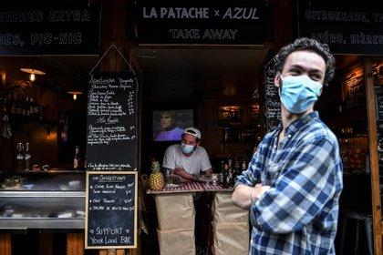 Trabajadores de un bar con mascarillas en Francia (Christophe Archambault/AFP/dpa)