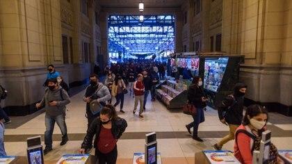 Más allá de las restricciones que limitan la utilización del transporte público para los trabajadores esenciales esta mañana las estaciones centrales demostraron que de igual modo se aglomeran los pasajeros