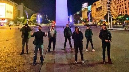 Los siete amigos, reunidos en el Obelisco a 15 años de su promesa
