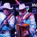 Lupe Esparza (i) y Ramiro Delgado, en una presentación de Bronco