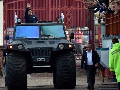 Un tanque anfibio como regalo en su llegada a Bielorrusia.