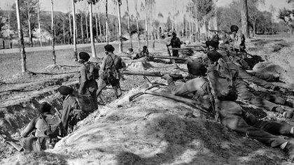En esta foto de archivo del 9 de noviembre de 1947, las tropas indias toman posiciones en la carretera en Baramula Road para ayudar a los invasores a alejarse más de la capital de Cachemira, Srinagar. India y Pakistán lucharon en una guerra por el control de la mayoría musulmana de Cachemira (AP/Max Desfor, archivo)