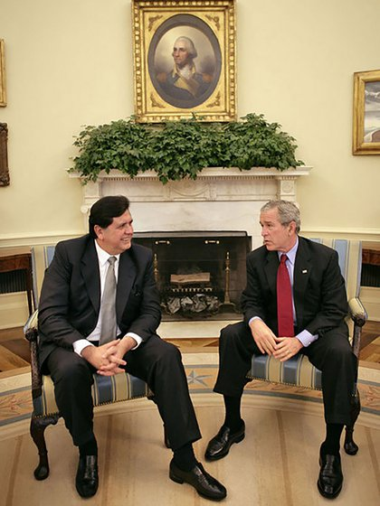 Alan García junto a su par estadounidense George W. Bush, durante suvisita a Washington en 2006 (White House photo)