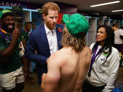 El Príncipe Harry saludó a los campeones mundiales en el vestuario (Shutterstock)