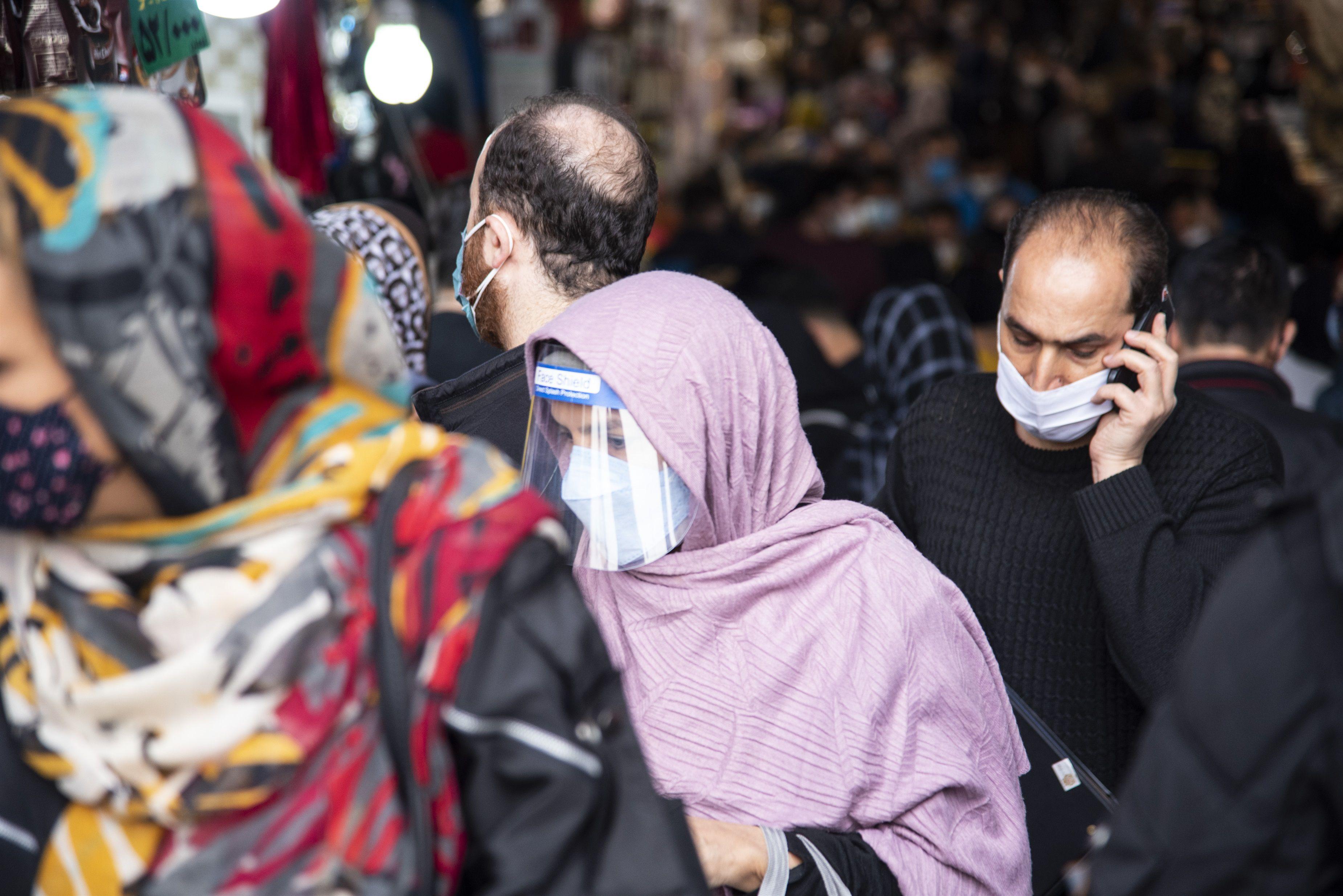 22/02/2021 Una mujer camina por la calle con mascarilla y pantalla facial en Teherán. POLITICA  SOBHAN FARAJVAN / ZUMA PRESS / CONTACTOPHOTO