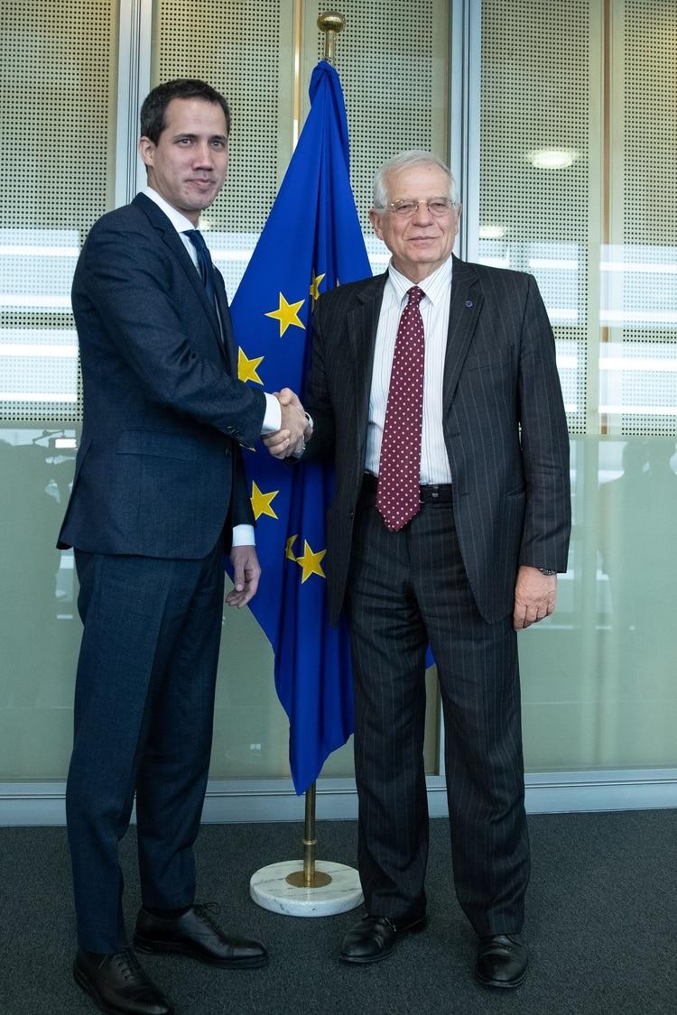 Juan Guaidó junto a Josep Borrell tras la reunión en Bruselas (Aris Oikonomou/Pool via REUTERS)