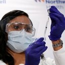 Jeanine Mucci prepara una vacuna contra la enfermedad del coronavirus de Johnson & Johnson en el Hospital de la Universidad South Shore de Northwell Health en Bay Shore, Nueva York (Reuters)